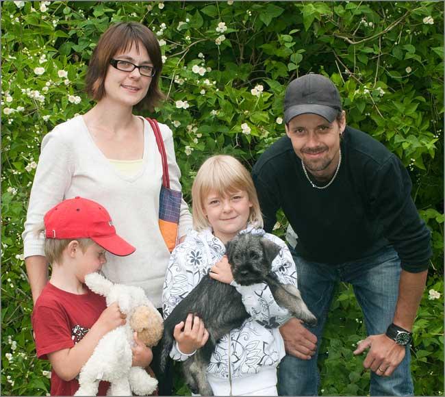 Atlas hämtas av Jennie och Ola samt barnen Alex och Thea Thaung från Alvesta