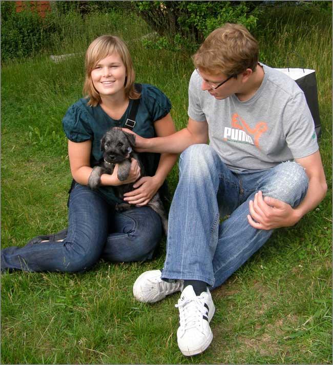Alfons hämtas av Susanna och Magnus Rosander från Jönköping